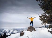 Турист на верхней части горы снега стоковая фотография rf