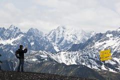 Турист на держателе Schareck, Carinthia, Австрии Стоковые Изображения RF