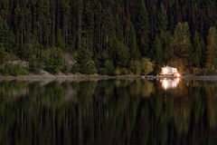 Турист на озере гор Стоковое фото RF