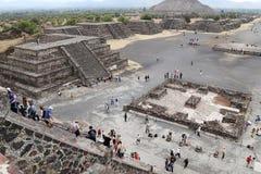 Турист на пирамидах Teotihuacan, Мексики Стоковые Фотографии RF