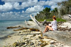 Турист на пляже на Доминиканской Республике Стоковое Фото