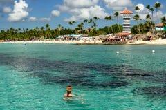Турист на пляже Dominicus на Доминиканской Республике стоковое фото