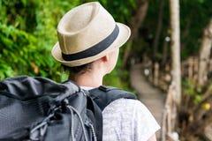 Турист на празднике с большим рюкзаком рюкзака Стоковое Изображение