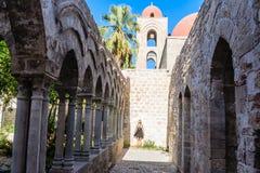 Турист на предпосылке монастыря церков араб-Нормана & x22; Degli Eremiti& x22 San Giovanni; в Палермо Сицилия стоковое изображение