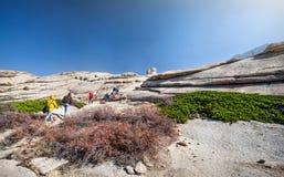 Турист на пустыне утеса стоковая фотография rf