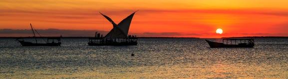 Турист на традиционной шлюпке рыболова наблюдая заход солнца Стоковая Фотография