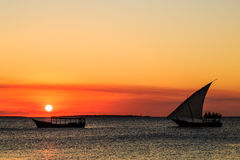 Турист на традиционной шлюпке fishermans наблюдая заход солнца Стоковое Изображение RF