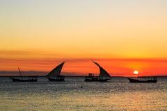 Турист на традиционной шлюпке fishermans наблюдая заход солнца Стоковое фото RF