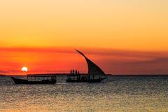 Турист на традиционной шлюпке fishermans наблюдая заход солнца Стоковое Изображение