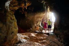 Турист на тропической пещере в Таиланде стоковое фото