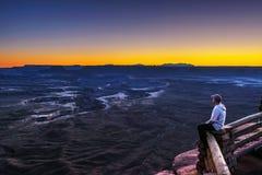 Турист на Green River обозревает в национальном парке Canyonlands стоковые фотографии rf
