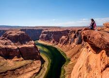 Турист на Horseshoe загибе на Колорадо стоковое фото