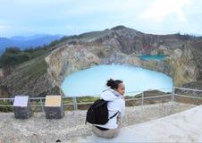 Турист на Kelimutu наблюдая уникально кран и олово озер Стоковая Фотография RF