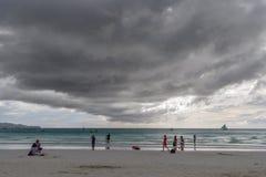 Турист ноября 16,2017 идя на пляж Boracay белый, Boracay Стоковые Фото