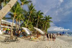 Турист ноября 16,2017 идя на пляж Boracay белый, Boracay Стоковое фото RF