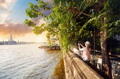 Турист около Wat Arun Стоковое Изображение RF