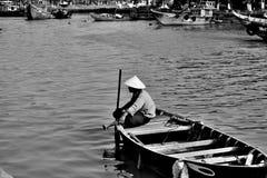 Турист лодочника ждать стоковое фото rf