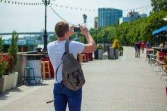 Турист парня России Rostov On Don 16-ое июня 2018 фотографирует на телефоне и идет вокруг города, куда кубок мира 2018 стоковые фото
