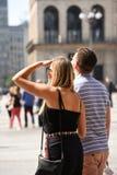 Турист пар которое восхищает собор купола в милане Стоковое Изображение
