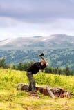 Турист подготовляет древесину пожара Стоковое фото RF