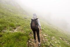 Турист потерянный в тумане Стоковые Фото