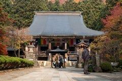 Турист приходит к Yamadera помолить и сделать желание на святыне стоковая фотография rf