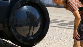 Турист причаливая большому объекту с огромное окулярным и смотря его отражение акции видеоматериалы