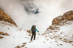 Турист при рюкзак в горах Стоковые Изображения RF