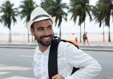 Турист при рюкзак смотря вокруг Стоковые Изображения RF