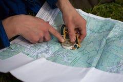 Турист прокладывает курс трассы Стоковое Изображение RF