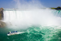турист пропуска niagara падений круиза шлюпки Стоковое Изображение