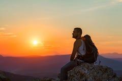Турист сидит в горах стоковое изображение rf