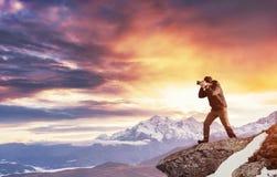 Турист смотрит ландшафт красивейший заход солнца Карпаты, Стоковые Изображения