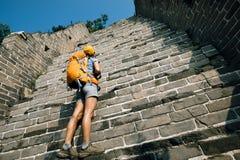 турист смотря вверх на пути к взбираться Великой Китайской Стены стоковое фото rf