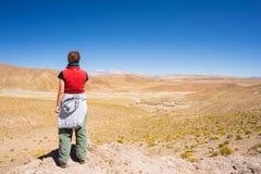 Турист смотря взгляд на боливийских Андах Стоковое Изображение