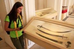 Турист смотря дисплей шпаг, музей форта Mehrangarh, Джо Стоковые Изображения RF