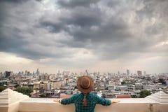 Турист смотря панораму города Бангкока стоковые изображения