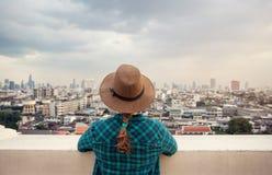 Турист смотря панораму города Бангкока стоковое фото