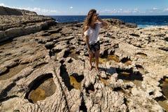 Турист стоит на изрезанном побережье Gozo, Мальты стоковое фото