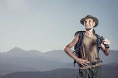 Турист с бинокулярным в горах Стоковая Фотография