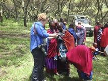 Турист с девушками от деревни Maasai, консервации Ngorongoro Стоковые Фотографии RF