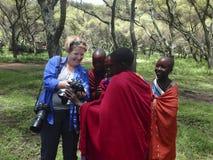 Турист с девушками от деревни Maasai, консервации Ngorongoro Стоковое Изображение