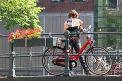 Турист с картой и велосипедом. Амстердам, Нидерланды. Стоковые Фото