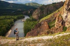 Турист с панорамой рюкзака и горы Стоковая Фотография RF