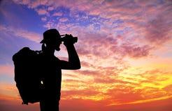 Турист с рюкзаком и бинокулярным силуэтом Стоковые Изображения RF