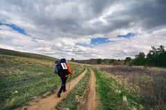 Турист с рюкзаком на дороге Стоковые Изображения RF