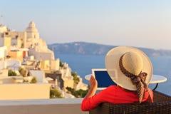 Турист с сенсорной панелью в Santorini