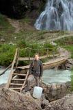 Турист с чонсервной банкой воды стоковое изображение