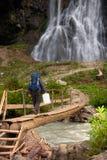 Турист с чонсервной банкой воды стоковые изображения rf