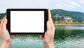 турист фотографирует восточный холм на реке Yi Стоковое Изображение RF